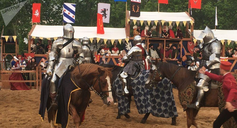 Le chevalier Alain Minoux au centre lors du tournoi Saint-Georges à Moscou dans le cadre du festival Les temps et les époques en 2019