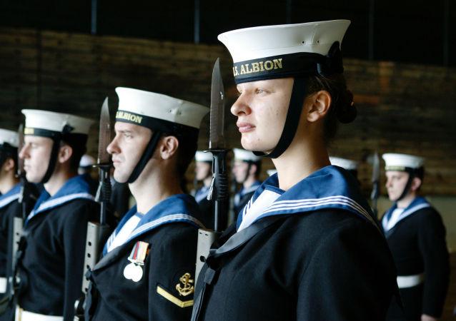 Des marins britanniques sur le navire de transport de chalands de débarquement HMS Albion
