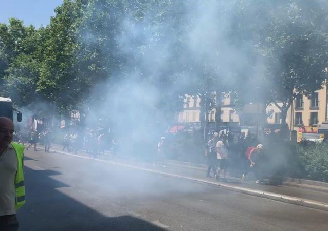 L'emploi du gaz lacrymogène contre les manifestants lors de l'acte 33 des Gilets jaunes à Paris