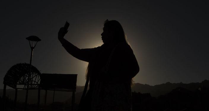 Une femme se prend en selfie