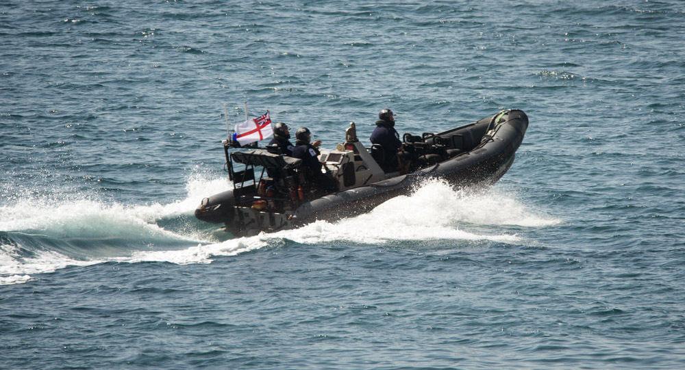 Une vedette des Royal Marines britanniques se dirige vers le pétrolier Grace 1