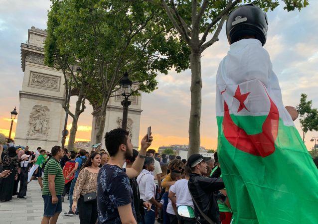 Les Champs-Élysées après que l'Algérie se voit qualifiée pour la demi-finale de la Coupe d'Afrique