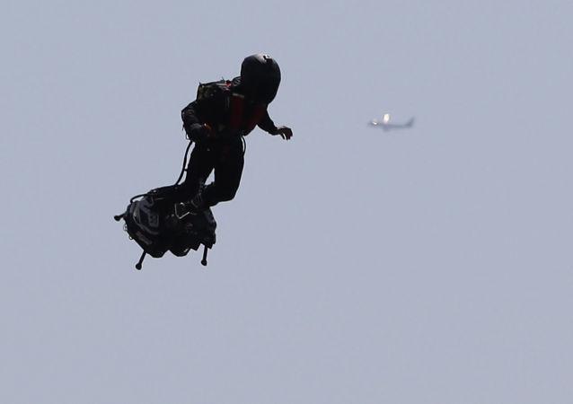 Le champion du monde de jet-ski français Franky Zapata sur un Flyboard Air