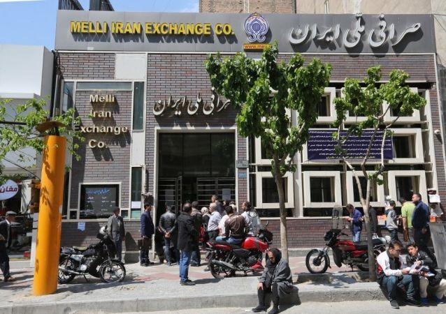 Les gens se rassemblent devant un bureau de change à Téhéran