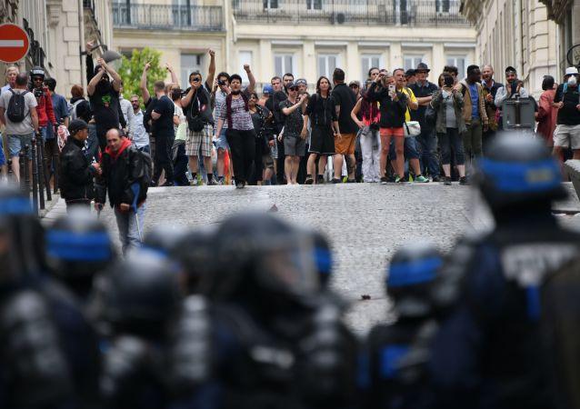 Situation sur les Champs-Élysées le matin du 14 juillet