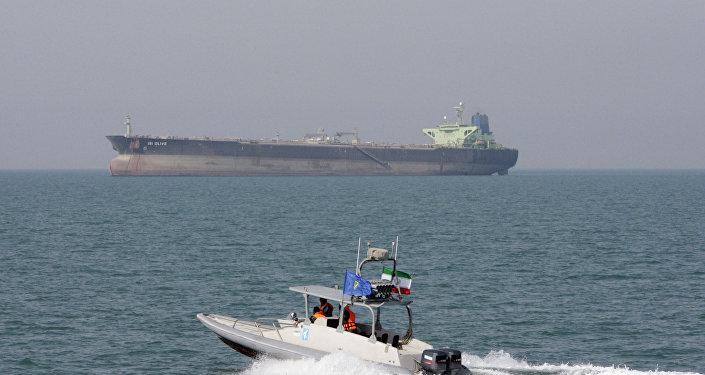 Une vedette des Gardiens de la révolution passe à côté d'un pétrolier (archive photo)
