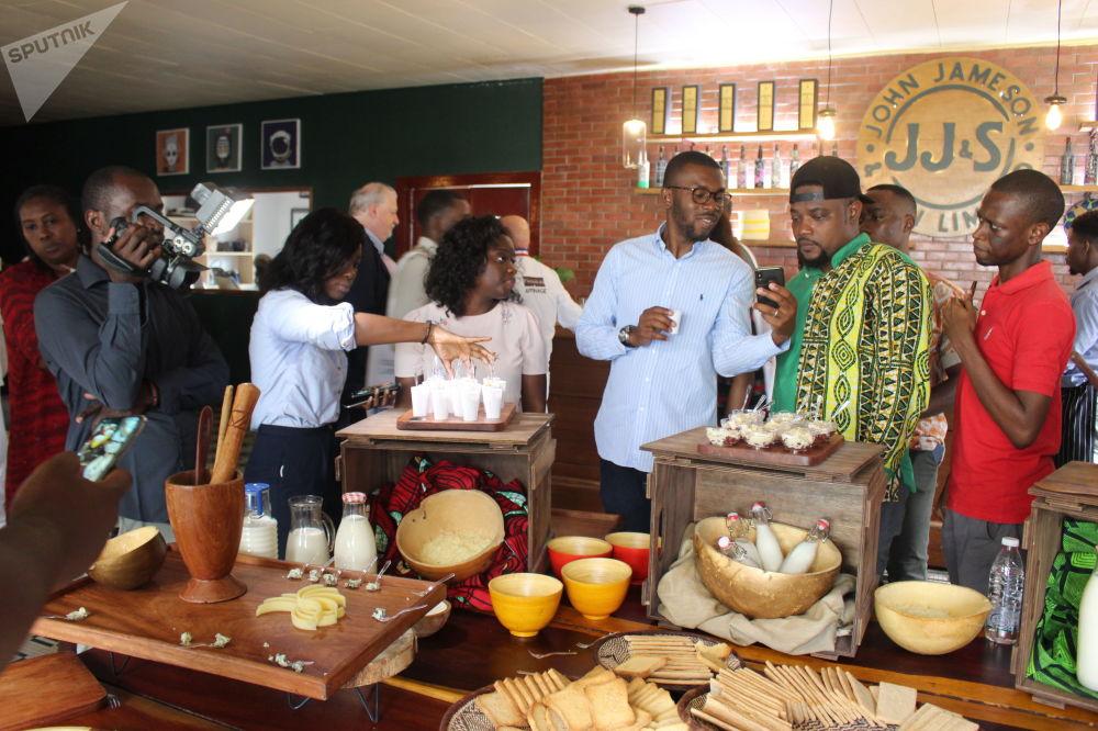 Le public présent pendant les AfroGourmands dégustent les recettes proposées
