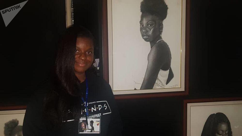 Nielle Assa Ouattara, portraitiste, devant l'une de ses œuvres