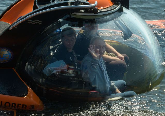Vladimir Poutine réalise une descente au fond du golfe de Finlande à bord d'un sous-marin de poche