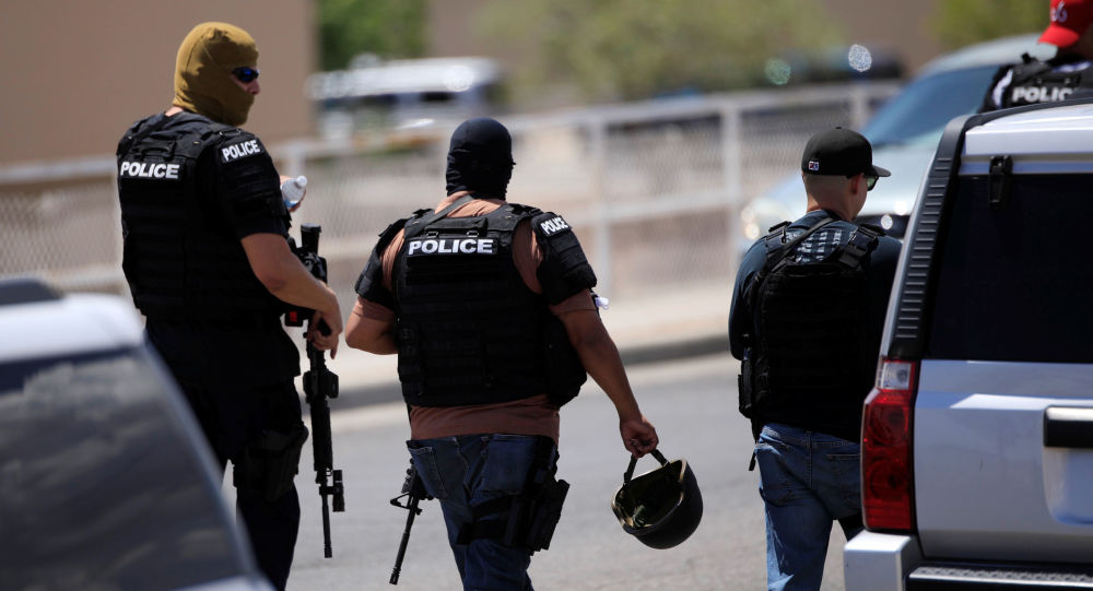La police arrive après la fusillade à un supermarché Walmart d'El Paso au Texas, le 3 août 2019