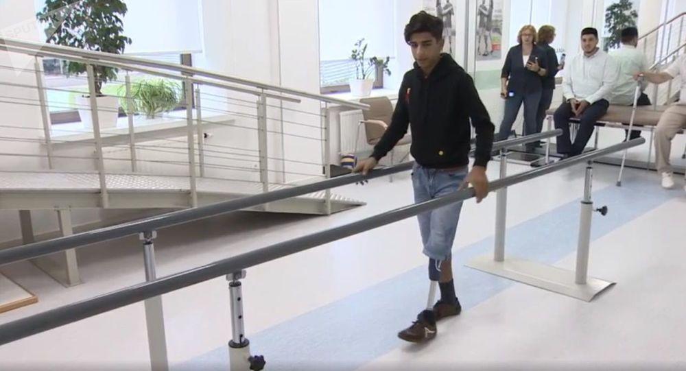 Le garçon irakien héros du concours Stenine, a reçu sa nouvelle prothèse