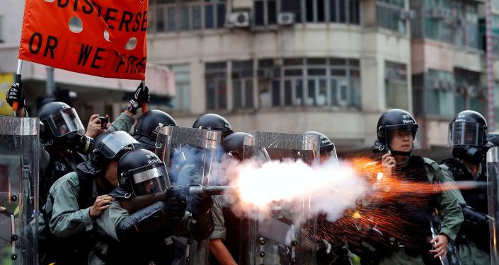 La police de Hong Kong utilise du gaz lacrymogène contre les manifestants