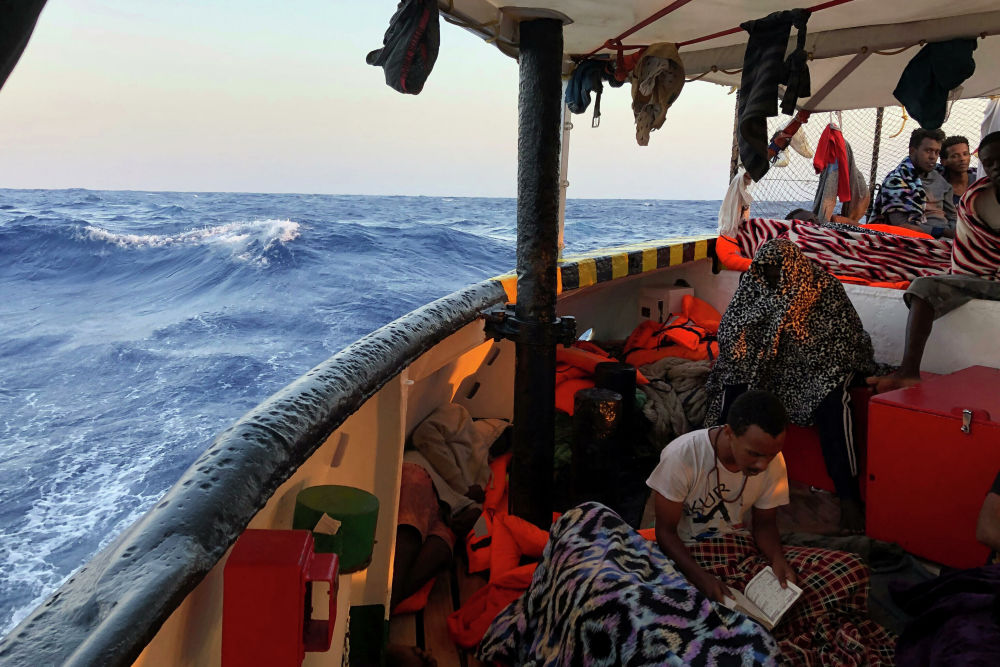 Un migrant sur un bateau humanitaire de l'ONG espagnole Open Arms