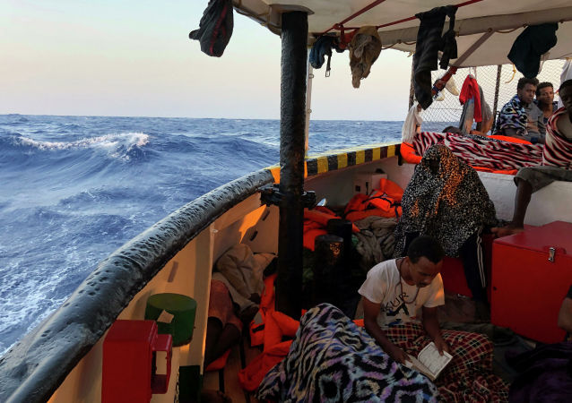 Un migrant à bord du navire Open Arms
