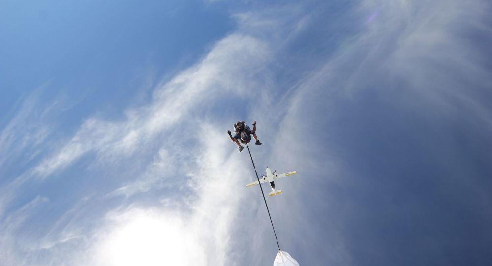 un saut en parachute (image d'illustration)