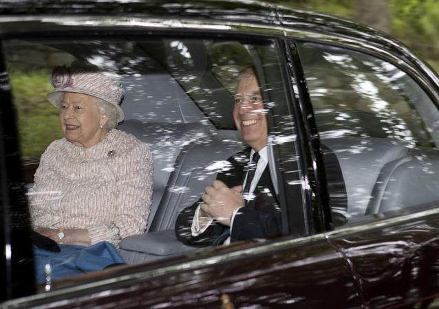 La reine Élisabeth II avec son fils, le prince Andrew