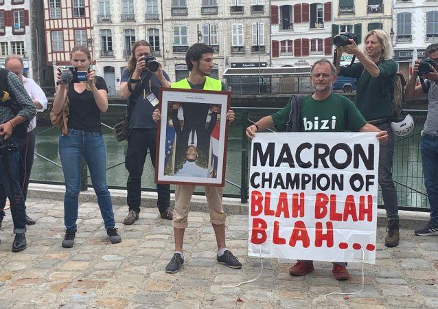 Marche des portraits dans les rues de Bayonne