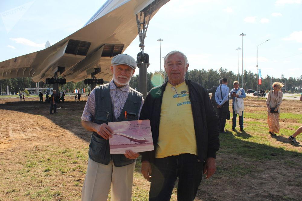 Vladimir Nossov (gauche), neveu du pilote d'essai soviétique Alexeï Blagovechtchenski, et Alexander Zlobine, spécialiste en localisation par radar (droite), avec une photo du Tu-144 offerte en cadeau à M.Blagovechtchenski en 1970 pour commémorer le travail fait.