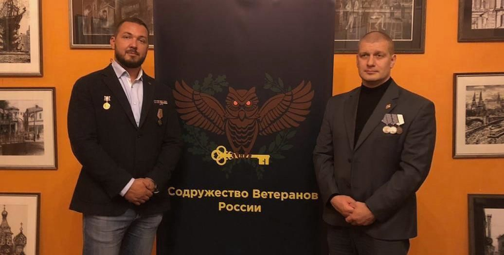 À droite, Igor Shevchuk, ancien officier Spetsnaz ayant participé à lassaut de Beslan. Il est aujourdhui membre de l'Union des Vétérans de Russie, association dirigée par Andrei Spravtsev (à gauche).