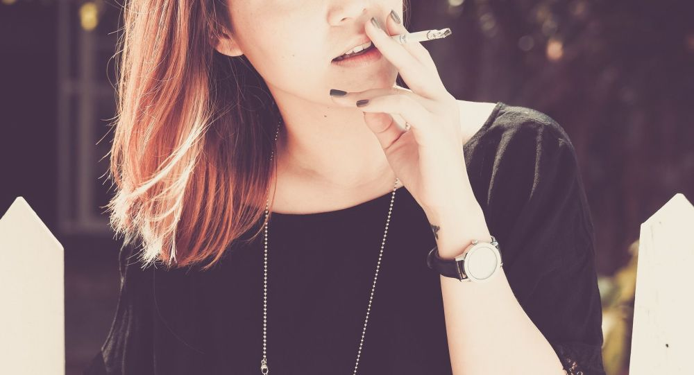 Une fumeuse (image d'illustration)