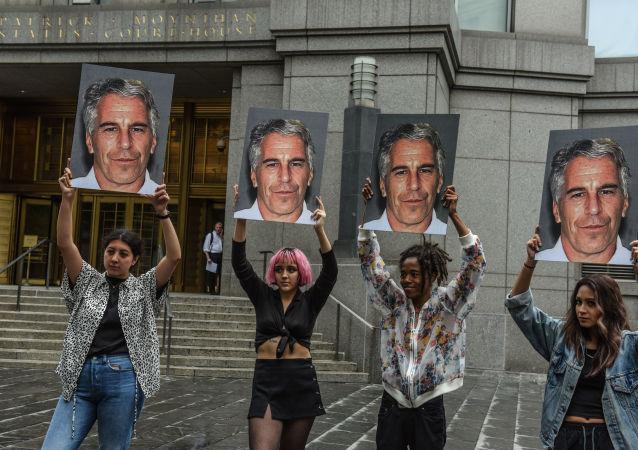 Un groupe de protestataires avec des portraits de Jeffrey Epstein devant la cour fédérale de New York, le 8 juillet 2019