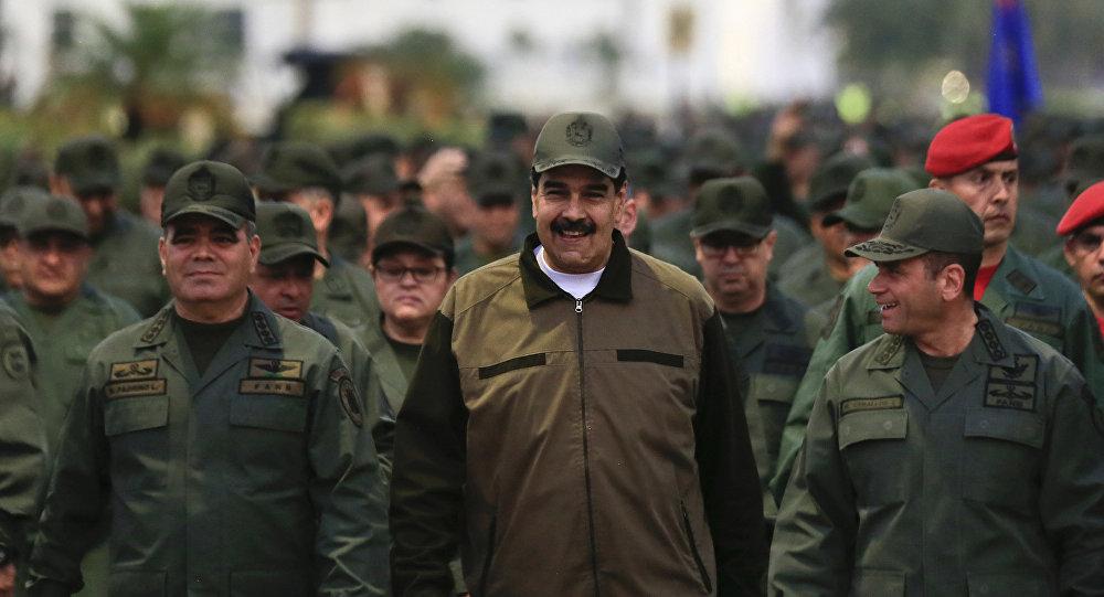 Nicolas Maduro passe en revue des troupes vénézuéliennes