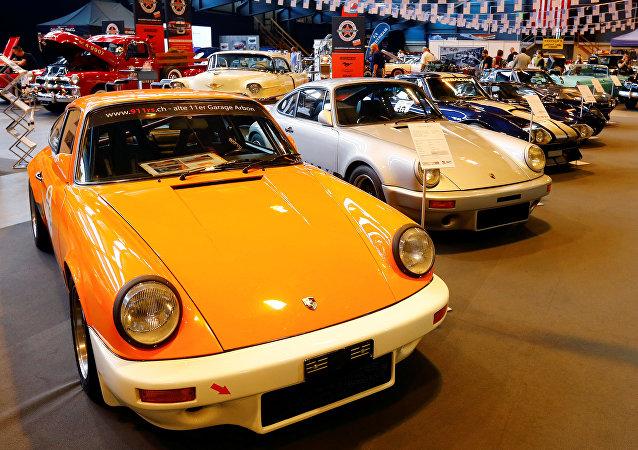 Une Porsche 911 S de 1976 et une Porsche 911 RS 3.6 de 1972 au salon Swiss Classic World en mai 2017