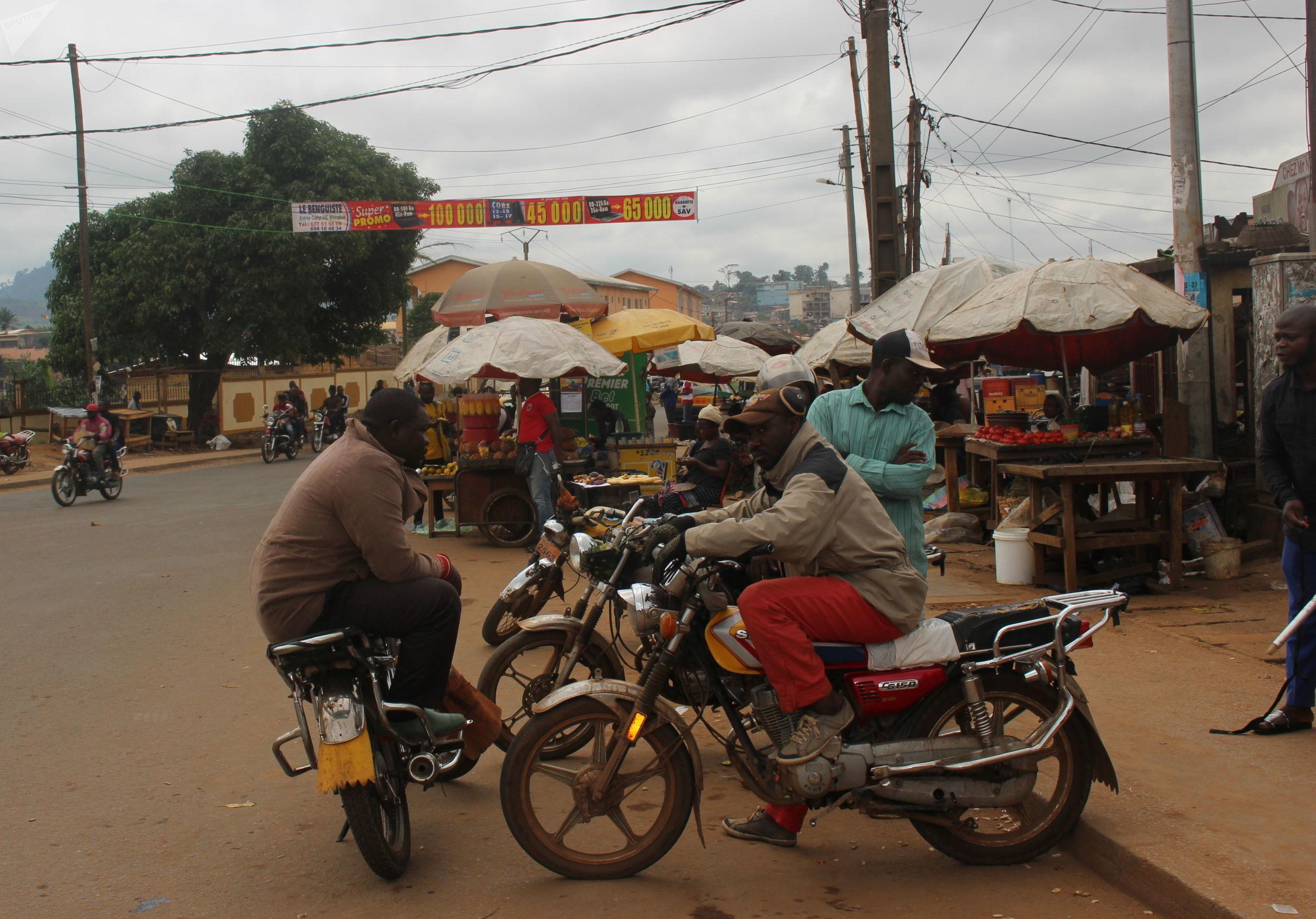 Eric Tchoumbo, chauffeur de moto-taxi, et ses collègues au lieu-dit Obili à Yaoundé