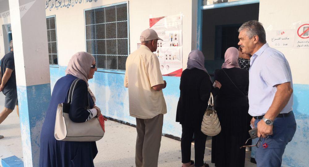 Des électeurs dans un centre de vote à la Marsa, au Nord de Tunis
