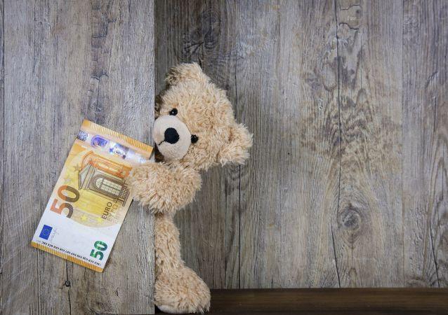 Un ours en peluche avec un billet de 50 euros (image d'illustration)