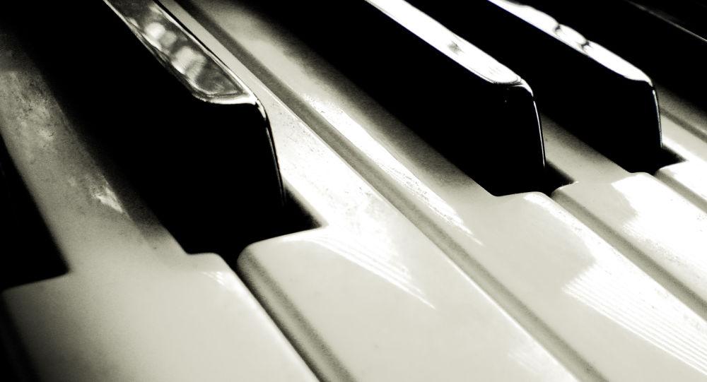 Un homme joue du piano pendant que la police déloge les Gilets jaunes gare St-Lazare - vidéo