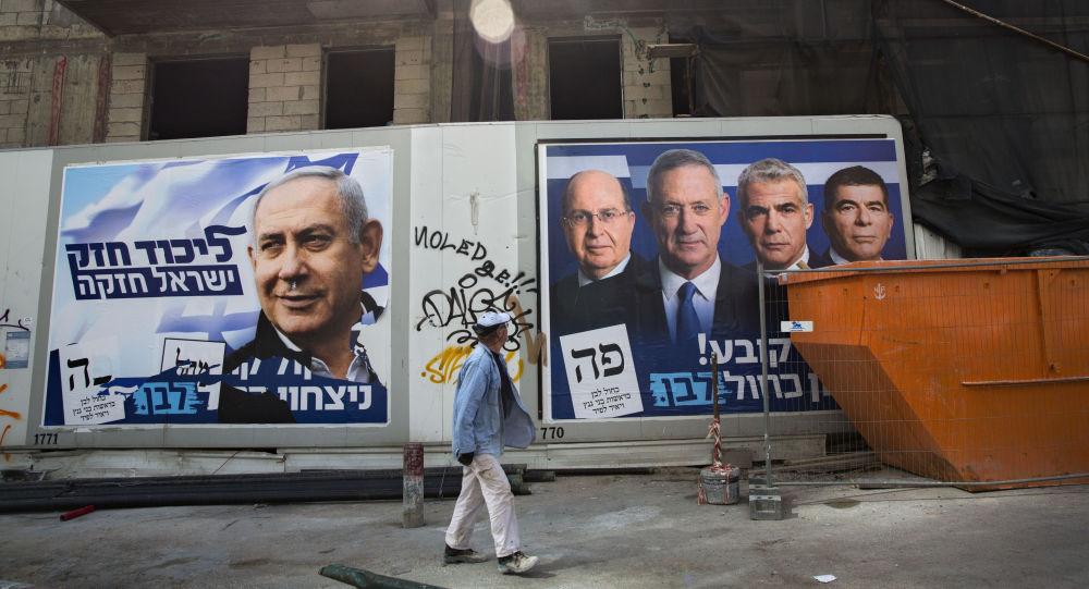 Des affiches de la campagne électorale avec les portraits de Benyamin Netanyahou à gauche et les dirigeants de Kakhol Lavan à droite