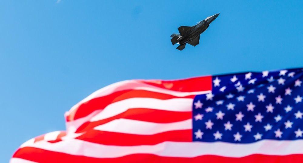 Un F-35 et le drapeau américain