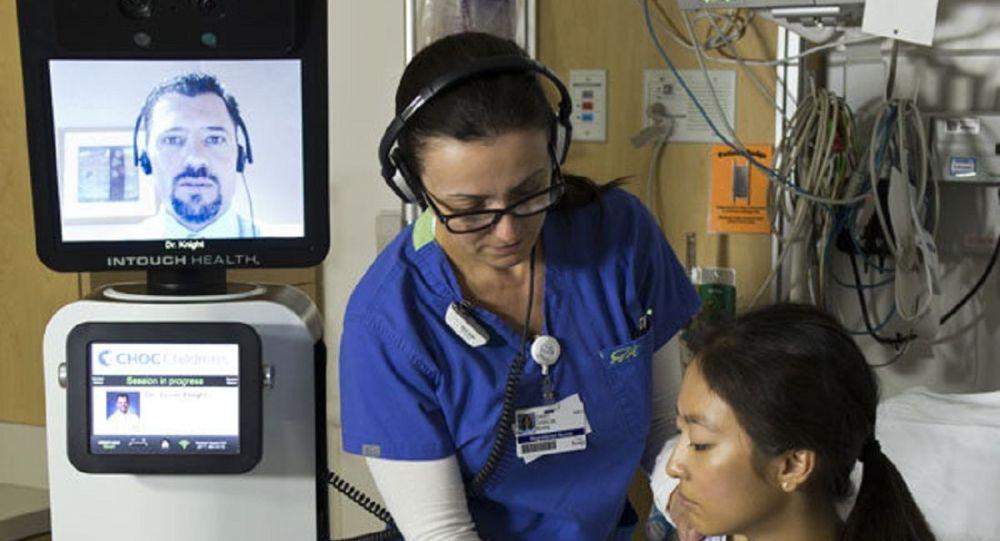 Une infirmière vérifie les éléments vitaux du patient lors d'une consultation  robotique RP-VITA