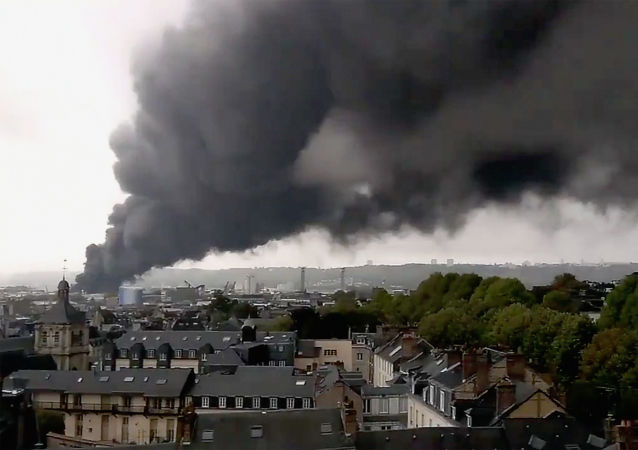 Smoke billows from a large fire that broke out at a factory of Lubrizol in Rouen, France, September 26, 2019. in this picture obtained from social media video. DOUSSAL QUENTIN/via REUTERS THIS IMAGE HAS BEEN SUPPLIED BY A THIRD PARTY. MANDATORY CREDIT. NO RESALES. NO ARCHIVES.