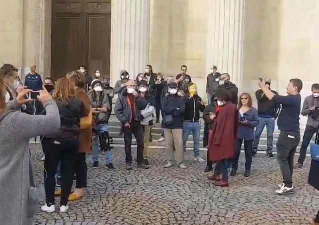 Rassemblement devant la préfecture de #Rouen. Les Rouennais demandent des comptes aux pouvoirs publics après l'incendie de Lubrizol.
