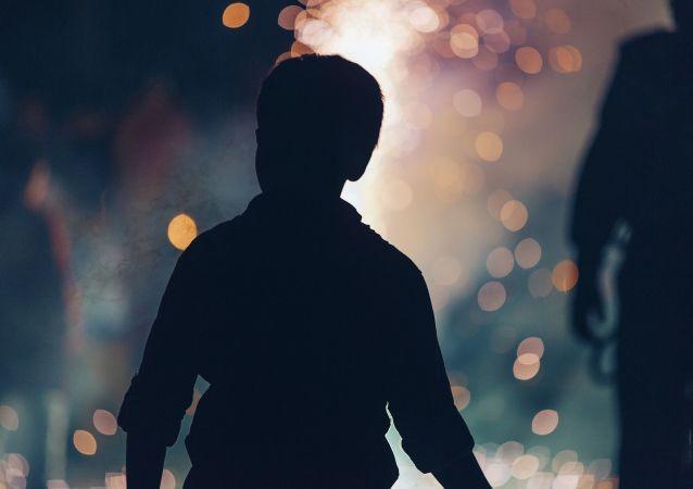 un garçon (image d'illustration)