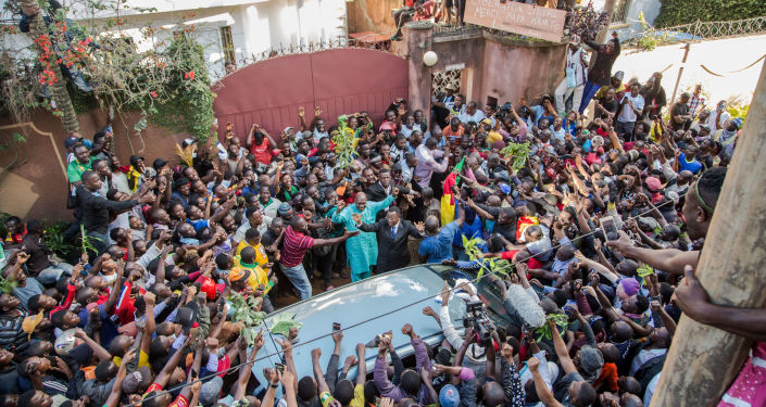 Maurice Kamto entouré par des centaines de ses partisans