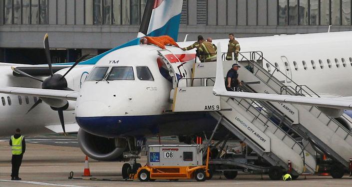 champion paralympique James Brown monte sur le toit d'un avion à Londres-City