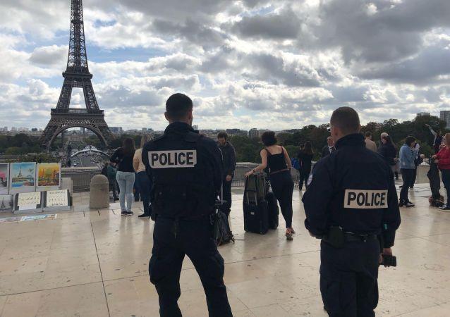 Deux policiers sur la place du Trocadéro (image d'illustration)