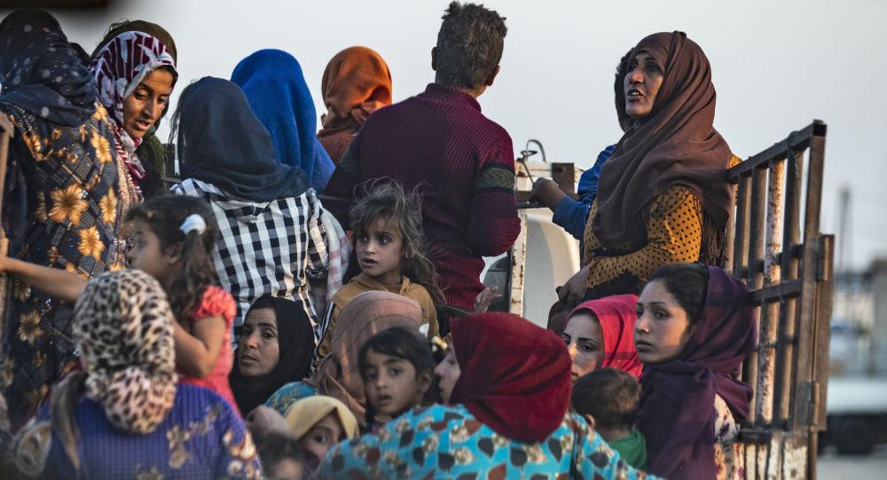 Des habitants locaux quittent la ville syrienne de Ras al-Aïn dans le nord-est syrien après le début de l'opération turque le 9 octobre.