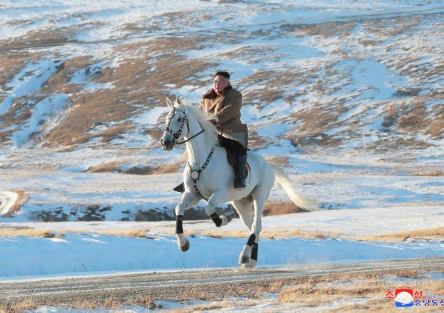 Kim Jong Un gravit à cheval le mont Paektu