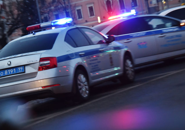 Автомобили полиции на дороге.