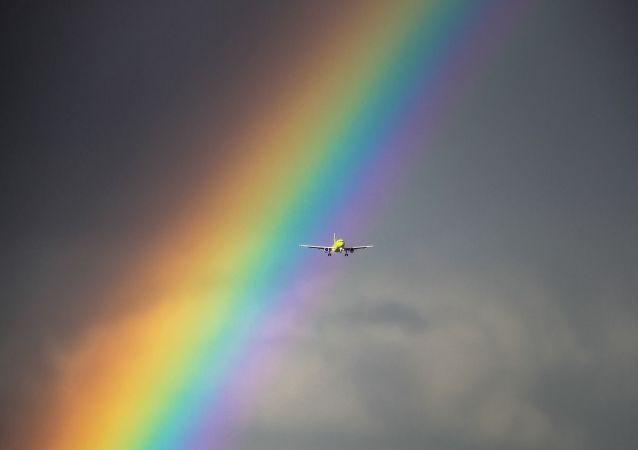 Un avion sur fond d'arc-en-ciel (image d'illustration)
