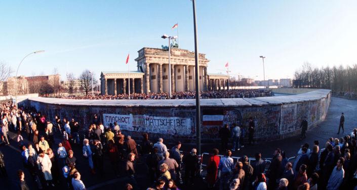 Porte de Brandebourg derrière le mur de Berlin, décembre 1989