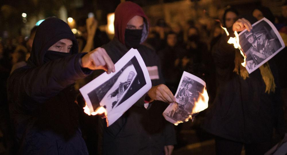 Les gens brûlent les photos de Francisco Franco