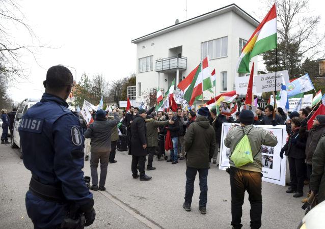 Les gens assistent à une manifestation de soutien des manifestations en Iran contre la hausse des prix de l'essence devant l'ambassade d'Iran à Helsinki, Finlande, le 21 novembre 2019, Lehtikuva
