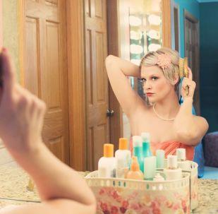 Une femme se regarde dans un miroir