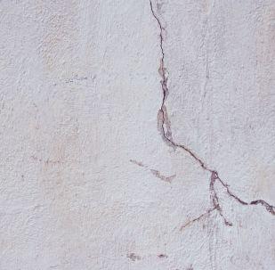 Fissures dans le mur, image d'illustration