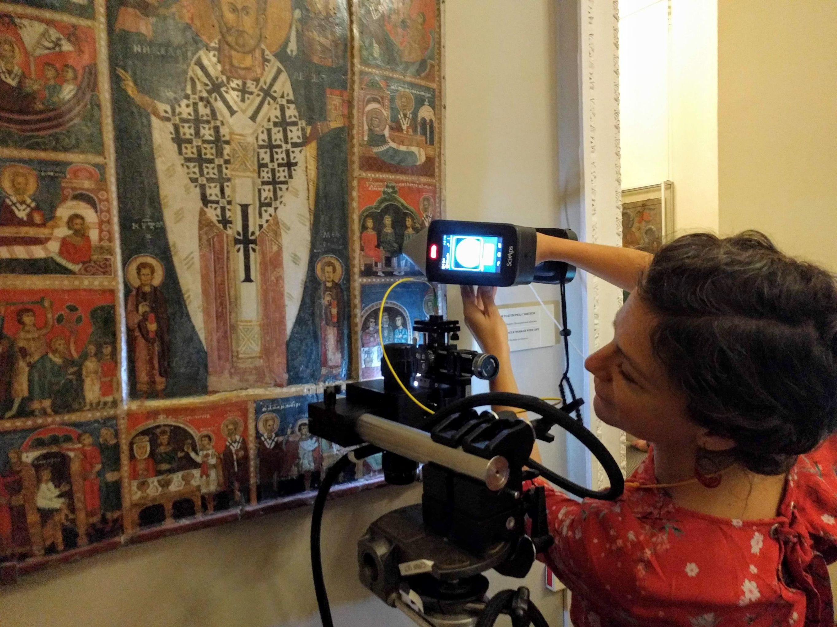 Stéphanie Duchêne analysant à l'aide du LIBS une icône du XIVe siècle de l'école de Novgorod (aujourd'hui conservée au Musée russe)